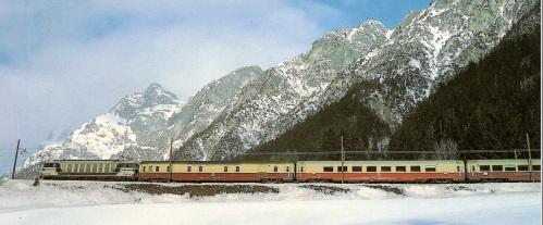 Nella neve del febbraio '84, una E633 al traino del Mediolanum tra Colle Isarco e Fleres (19 Feb 1984). Immagine da marklinfan.it, originale © H. Roher.