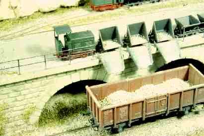 Feldbahn di Hammerschmid. Si noti la differenze in dimensione con il vagone merci a scartamento normale!
