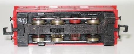 Motrice Fleischmann 7306 vista da sotto - si nota la ruota dentata centrale