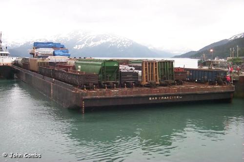 Chiatta carica di vagoni in Alaska - Foto © John Combs da www.alaskarails.org