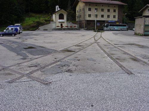 Frammenti della stella del Brennero, ancora visibili nel 2009 - oggi scomparsi. Foto da www.eisenbahn-bilder.com