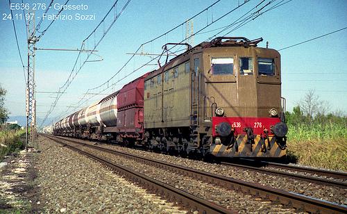 Treno con con carro scudo tra la motrice e i carri cisterna per trasporto GPL