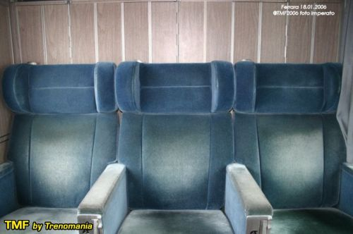 Interni delle GC a compartimenti dopo la ristrutturazione del 2003. Dietro i sedili si intravedono le ante degli armadietti guardaroba. Foto © Ernesto Imperato da trenomania
