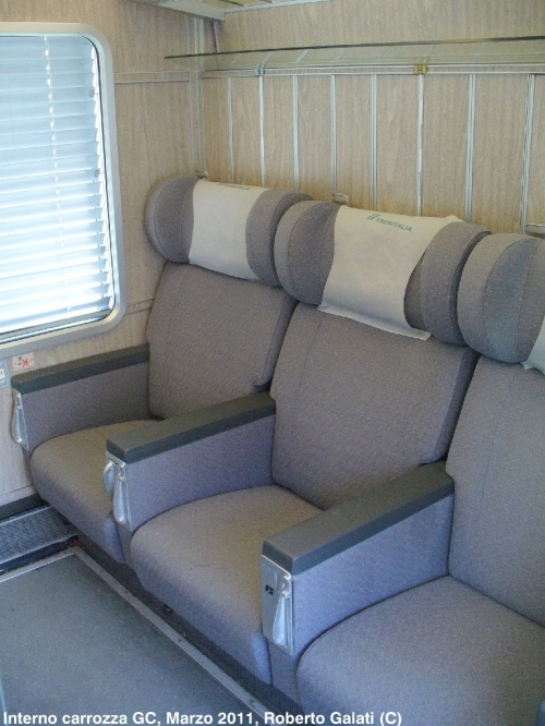 Interni delle GC a compartimenti. Dietro i sedili si intravedono le ante degli armadietti guardaroba, sulla sinistra i pulsanti per l'azionamento delle tendine. Foto Vittorio Lascala da Trainsimhobby