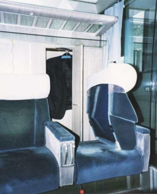 Accesso all'armadietto guardaroba ruotando lo schienale del sedile in un GC a compartimenti. Foto tratta da una presentazione © E. Principe all'Università di Bologna