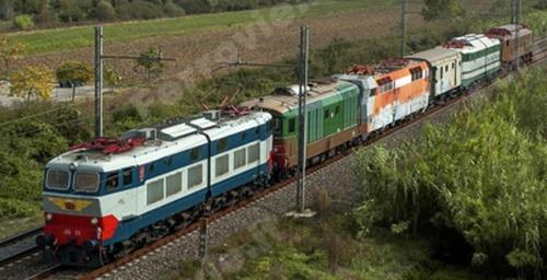 Al centro di questo curioso convoglio si trova la E.454.001 nel cuo viaggio di trasferimento verso Santo Stefano Magra. Foto © P.Carnietti da FOLD - www.ferrovie-it