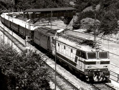 E.633.068 con una E.636 inattiva a Campodazzo, in discesa dal Brennero verso Bolzano. 9 agosto 1985. Foto © Luigi Iorio