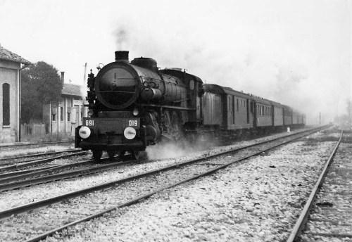 La Gr.691 traina il Simplon Orient Express a San Giorgio di Nogaro nel 1957. Foto Wolfgang Messerschmidt da www.trains-worldexpresses.com/