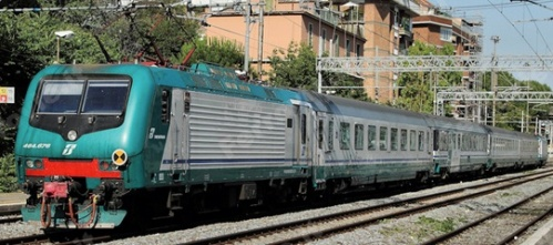 Una E.464 con composizione IC eterogenea, Foto © Marco Sebastiani da FOL News (www.ferrovie.it)