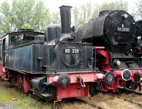 BR 89.339 nel 2007. Il confronto con l'imponente BR01 rende l'idea delle dimensioni - Foto © da www.uli-bahn.de