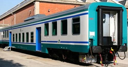Frontale di una carrozza appena revampizzata nelle officine di Santa Maria LaBruna (NA). Foto © David Campione da ferrovie.info