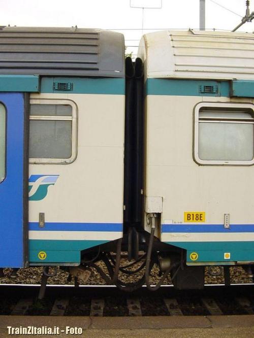 La vettura a sinistra è una ex sleeperette, riconoscibile dal vetro opacizzato e l'aeratore all'estremità destra (oltre che sinistra) della carrozza. Foto Cancio da trainzitaliafoto.it
