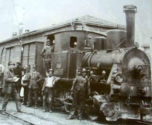 Altavilla Monferrato, 1928. Treno in partenza per Alessandria. La locomotiva somiglia ad una T3, pur se con alcune differenze. Ha il n.9: è forse una di quelle della Ferrovia Canavesana?