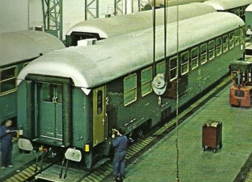 """Carrozza Ristoro BRz Tipo 1970 in lavorazione presso lo stabilimento SNIA di Colleferro -Si noti il """"camino"""" sull'imperiale Foto del produttore"""