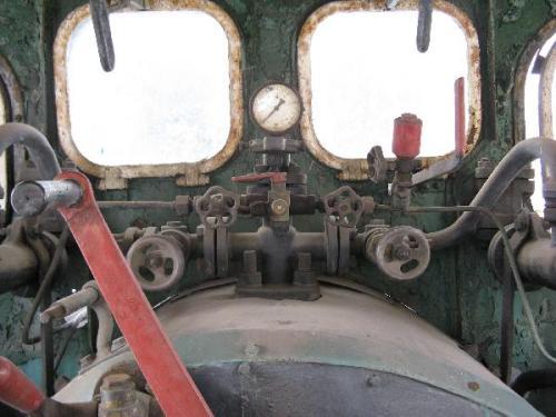 Dentro la cabina di guida di una T3. Foto da kolejka.ptkraj.pl