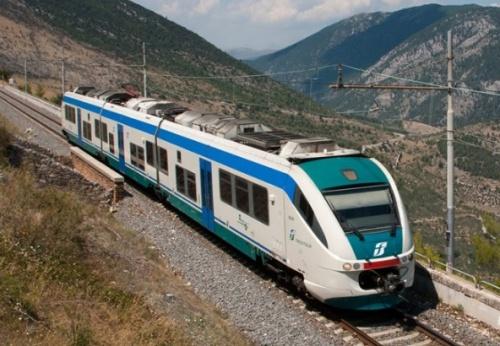 Minuetto elettrico Trenitalia a Goriano Sicoli (AQ) -Foto © Emanuele Simone da www.panoramio.com