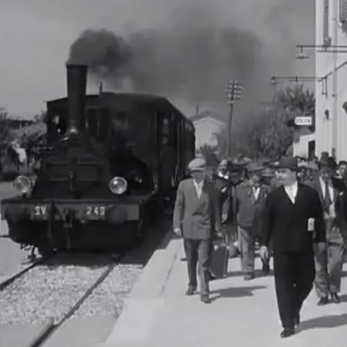 """Ingresso della T3 SV 240 nella stazione di Brescello, da """"Don Camillo e l'onorevole Peppone""""."""