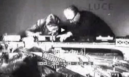 I lPresidente Giovanni Gronchi gioca con il figlio con il plastico allestito presso il Quirinale