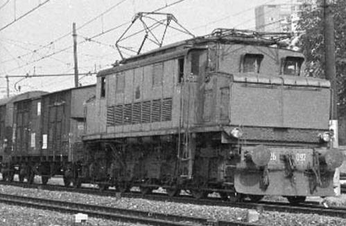 E.292.092 a Brescia nel 1974 lato cabina A - Foto © Pedrazzini, tratta da www.leferrovie.it