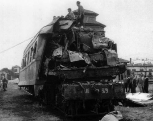 Il tremendo incidente di Voghera: il pancone della E.6262.379 spunta tra le fiancate di una Corbellini lunga.