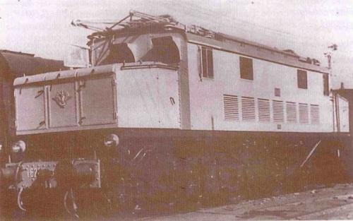 """Una vecchia foto reperita su  www.vlaki.info mostra una macchina con marcatura originale (E.626) ma con la stella rossa applicata sul frontale: si tratta di un'immagine delle """"Slovene"""" di prima del 1957."""