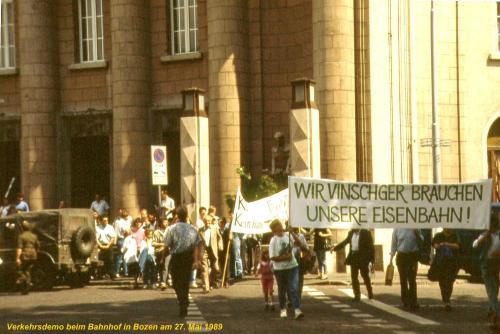 Proteste contro l chiusura, davanti alla stzione d iBolzano nel maggio '89. Da https://umweltvinschgau.wordpress.com/vinschger-bahn/