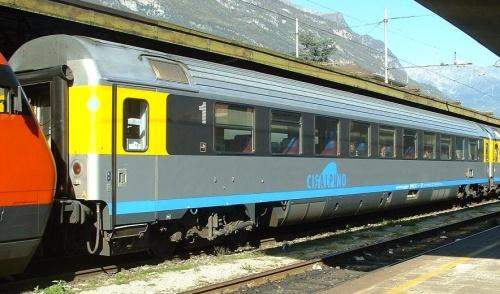 Carrozza svizzera Apm - lato corridoio -Foto © wsc da www.trainzitaliafoto.com