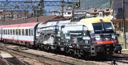 Obb1216.020 a Bolzano il 16 luglio 2013 alla testa dell £C 89 - Foto © Mauro Crepaldi da www.ferrovie.it