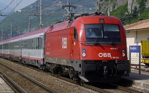 Obb1216.021 a Domegliara il 11 maggio 2011 alla testa dell'EC 87 - Foto © Fabio Veronesi da www.ferrovie.it