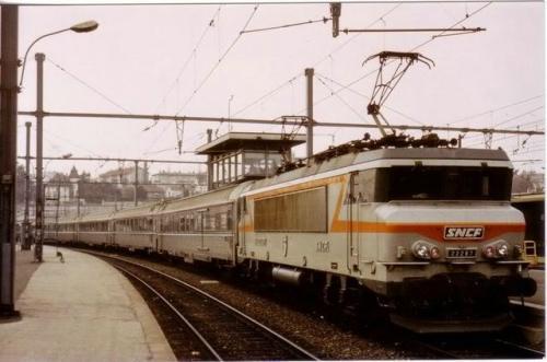 Cisalpin in Francia, trainato da una BB22000 a Digione nel 1983. Foto da www.forum-duegieditrice.com