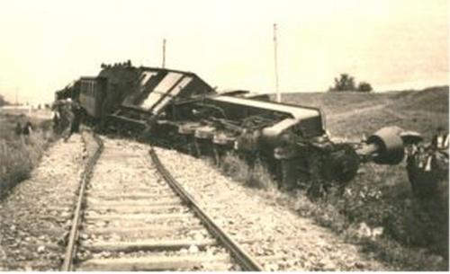 Deragliamento di un convoglio trainato da una 178 a Coldrano. Foto da http://www.vinschger.com/vinschgerzug.htm
