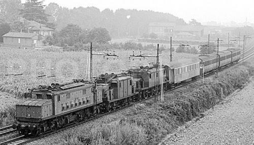 Tripla eterogenea: E.626+E.554+E-432 nel 1975 nel Rietino - Foto © Bernhard Studer da photorail.com