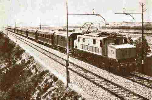 Una E626 il livrea grigia sulla linea dei Giovi, con un notevole carico. Foto da www.itisvinci.com/~sarti