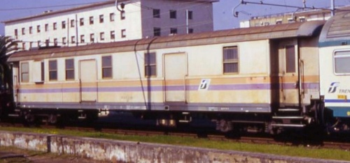 Bagagliaio-postale nDU livrea MDVC a Messina nel 2005 - foto da trenoincasa.forumfree.it