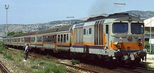 D.445 a Saline Joniche nel 1995 - SI distinguono due carrozze nAB dietro la motrice - Foto © Stefano Paolini da photorail.com