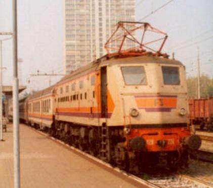 Rarissima immagine della E.428 Pirata con carrozze con la stessa livrea - Rimini, Locale 8507 per Pesaro il 14/10/86 - Foto da http://digilander.libero.it/GFRIMINESE/rimini4/02.jpg