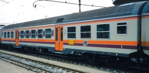 Altra versione di una Carrozza mista nAB con differente fascia viola - Foto da un catalogo Vitrains