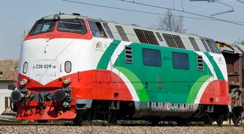 220.029, caratterizzata dalal mascherina rossa, nel 2011. Foto © Farinos tra trainzitaliafoto.com.