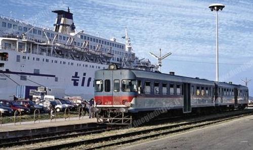 La ALe.668 a Olbia, davanti al traghetto della Tirrenia