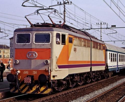 E.646 Navetta a Rogoredo, ancora con rettangolo arancio sul frontale ed imperiale grigio ardesia ne 2002 - Foto © Maurizio Messa da flickr.