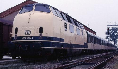 La 006 all'epoca FSF, in testa a un convoglio di carrozze ex SBB - Foto © Maurizio Messa da www.trainzitaliafoto.com