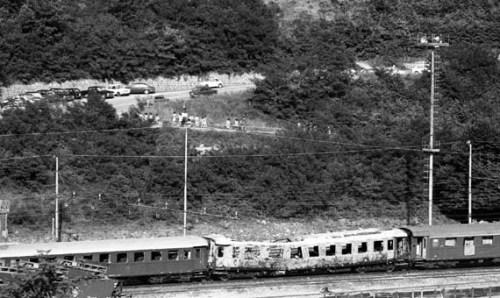 Agosto 1974: la vettura 5 del treno Italicus alla stazione di San Benedetto Val di Sambro. Foto © Piero Casadei da lanostrastoria.regione.emilia-romagna.it