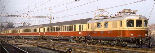Re4/4 I il livrea TEE con carrozze DB al traino - Foto da hag-info.ch/