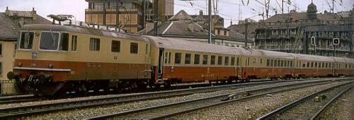 Re4/4 II il livrea TEE con carrozze FS Grand Comfort al traino - Foto da hag-info.ch/