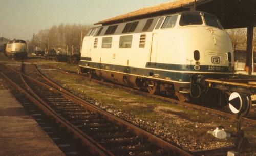 La 220 006 assieme ad un'altra 220 a Sermide nel 1987 - Foto © Johannes Smit da flickr