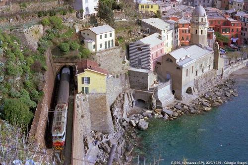 Passaggio a Vernazza (Cinqueterre) Foto © Giorgio Stagni da www.miol.it/stagniweb