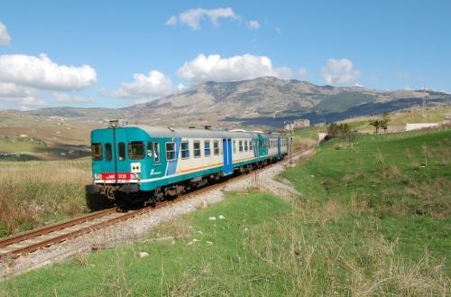 ALn668.3135 con REG 8605 Palermo - Trapani in transito nei pressi di Segesta-Tempio - Foto Manfredi da www.trainsimhobby.com