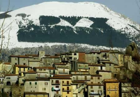 Antrodoco, con il monte Giano alle spalle e la scritta DUX  realizzata tra il 1938 e il 1939 con un rimboschimento fatto dalla locale sezione del Corpo forestale dello Stato. Foto da   foroitalico.altervista.org