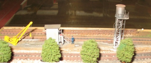 Da sinistra: Gru da 6 ton con contrappeso, cabina apparati idrodinamici e torre piezometrica per il carico di sabbia sulle vaporiere. Fotografati  a Verona 2013.