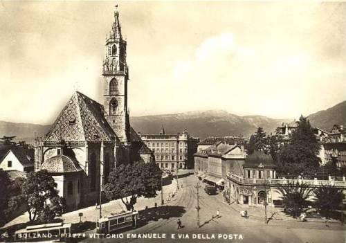 Piazza Vittorio Emanuele con il duomo. Si vedono due tram in basso a sinistra.